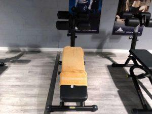 Ein Handtuch auf einem Sportgerät im Fitnessstudio